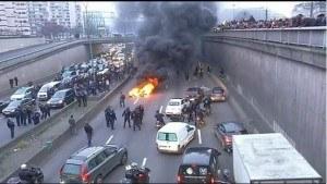 Anti-Uber taxi drivers block Paris road : Source BBC news